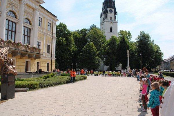 Najmenší účastníci vytvorili živú reťaz okolo Radnice.