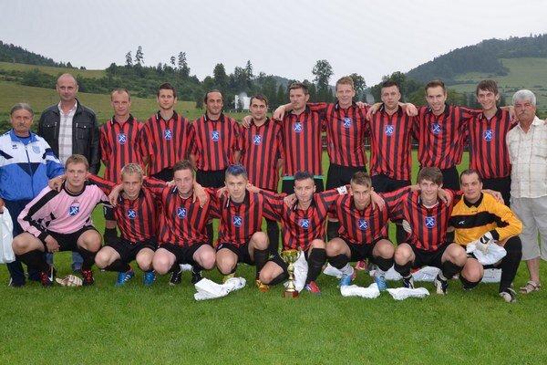 Prvé mužstvo tabuľky. Nálepkovo vedie 5. ligu Podtatranskú s jedným inkasovaným gólom a bez straty jediného bodu.