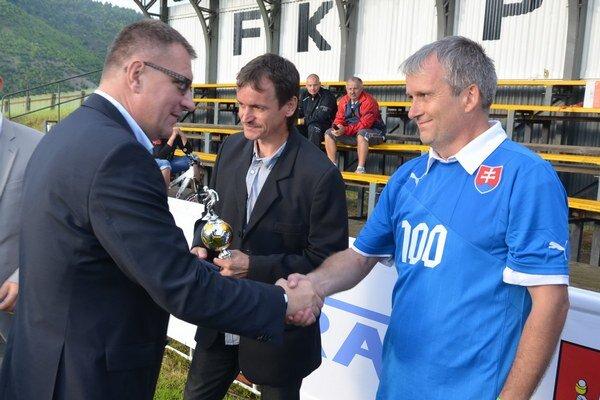 Päťdesiatročný František Jochman. Futbal v Krompachoch má sto rokov, jeho predseda (vpravo) o polovicu menej. Živió, František!