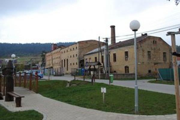 Výrobňa alkoholu. Ako päsť na oko pôsobí rozsiahly zanedbaný objekt v centre obce.