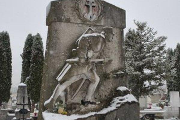 Skupinový hrob so sochou honvéda. Pripomína bitku na Branisku z roku 1849.