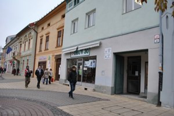 Letná ulica. Falošní hluchonemí Rumuni na tomto mieste lákali peniaze na falošnú zbierku.