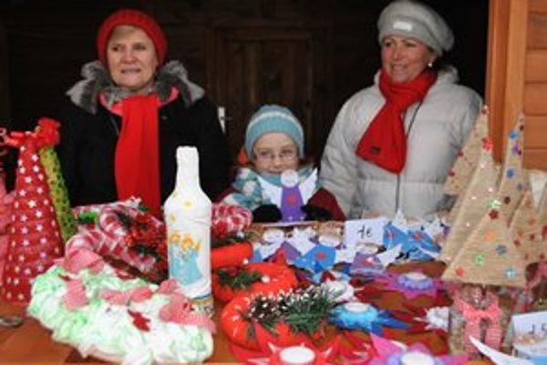 Výrobky podhradských detíAnjeliky vyrábala aj malá Ľubka, na snímke s vychovávateľkami v školskej družine.