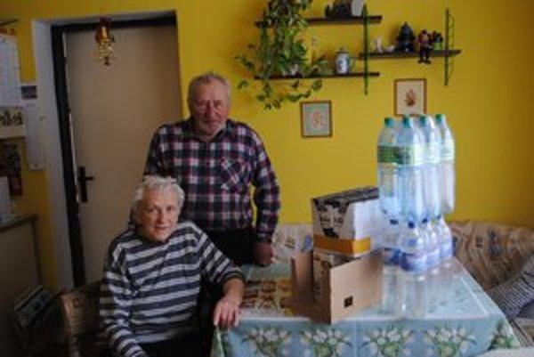 Zásoby. Preto, že žijú na samote, musia mať doma niekoľko litrov mlieka aj vody.