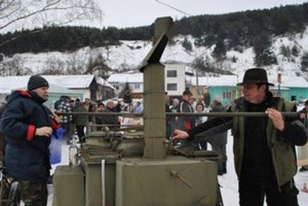 Pojazdná vojenská kuchyňa. V Kolinovciach v nej varili zabíjačkové špeciality. Na snímke Martin a jeho pomocník.