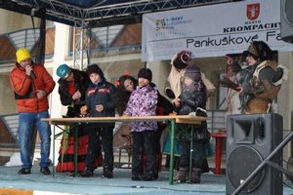 Súťaž malých jedákov. Deti povzbudzovali aj strigy. Branko (prvý zľava) bol najrýchlejší.