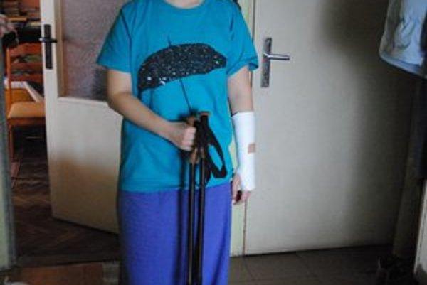 Anna. Spadla na šmykľavom chodníku, nepomohli jej ani palice.