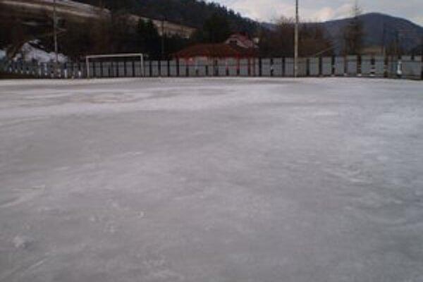 Ľadová plocha. Na tejto hracej ploche si v nedeľu môžu Folkmarčania s Krompašanmi skôr zahrať hokej, ako futbal.