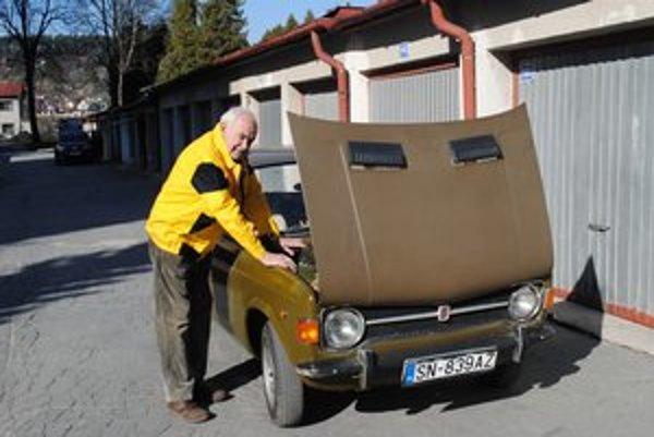 Igor Zaťko. Má 85 rokov, jazdí na tomto fiate.