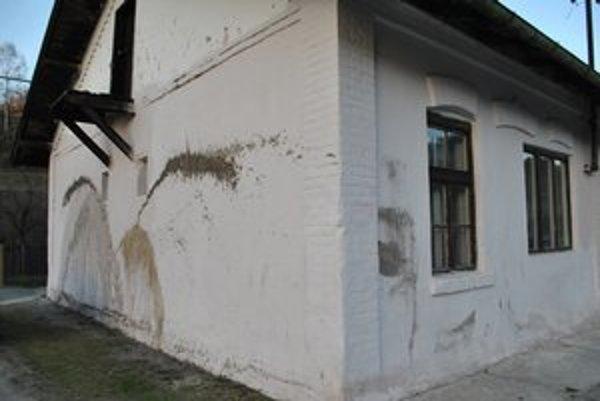 Špinavá fasáda. Takúto spúšť na svojom dome našla Krompašanka ráno, keď vyšla pred dom.