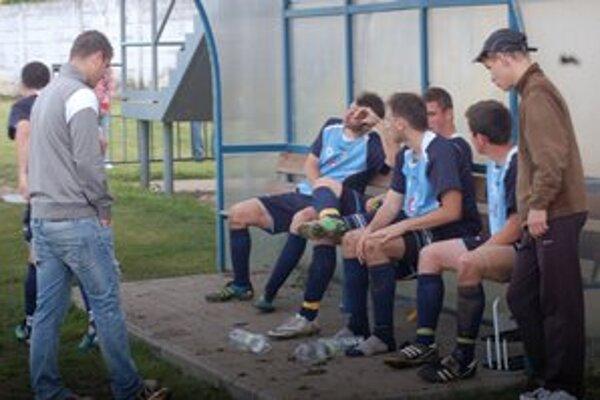 Nešťastní Smižianci. Po stretnutí s Harichovcami dlho sedeli domáci hráči na lavičke a nechápali, ako mohli takýto zápas prehrať.