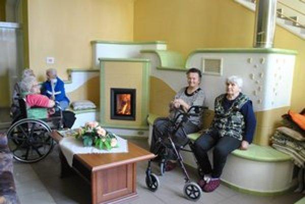 Domov dôchodcov v Nálepkove. V zime dôchodcov vyhrieva obrovská kachľová pec vo vstupnej hale. V týchto horúčavách im silné múry chodieb poskytujú chládok.