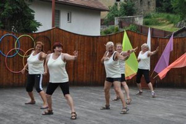 Novovešťanky. Pod olympijskými kruhmi počas tanečnej disciplíny. Na snímke: Hanka, Oľga, Štefka, Anděla a Janka.