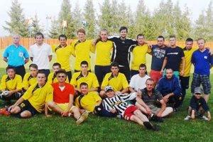 Víťazné družstvo. Víťazná trofej tradičného turnaja štyroch Tepličiek ostala tento rok vo vitríne Spišiakov.