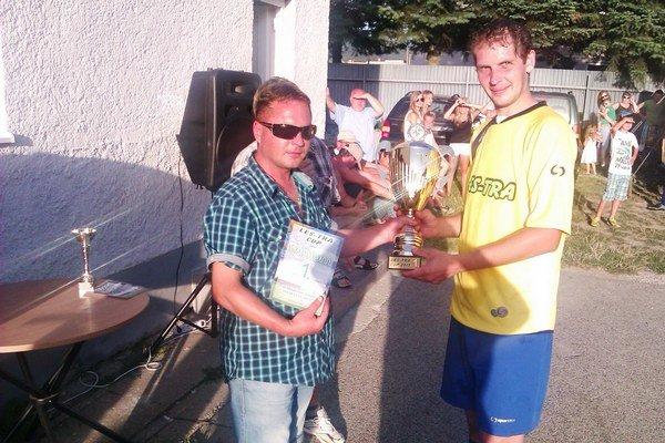 Víťazná trofej. Turnaj v Richnave vyhrali domáci.