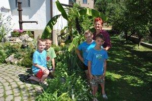 Natešená pestovateľka. Banánovník robí radosť nielen Márii, ale aj jej vnukom s kamarátom.