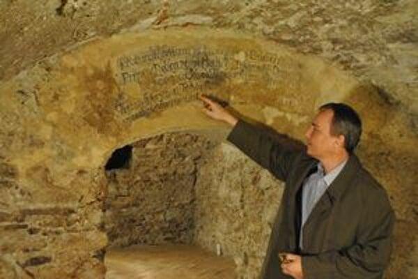 Historické nápisy. Tie v kapitulskej pivnici pochádzajú zo 16. storočia.