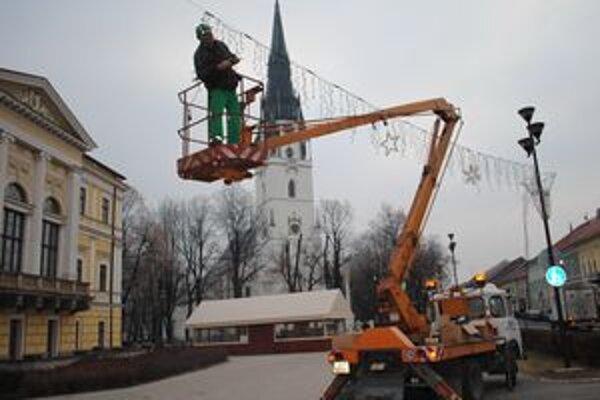 Svetelné girlandy. Vianočnú výzdobu zabezpečili pracovníci B. Nova.