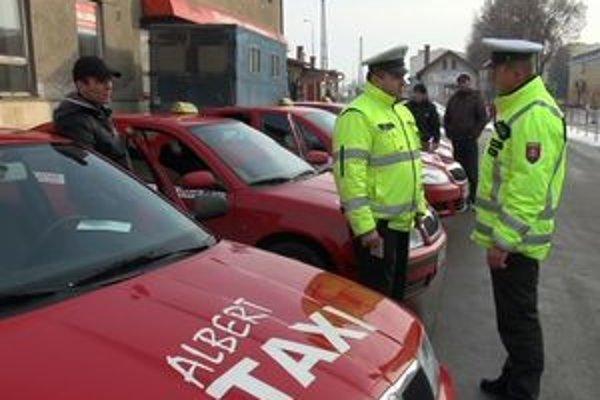 Kontrola. Policajti dostávali veľa podnetov od ľudí, aj preto sa rozhodli skontrolovať taxíky.
