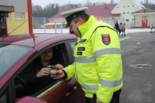 Dychová skúška. Tento vodič, ktorého zastavili dopravní policajti, sa podrobil dychovej skúške s úsmevom. Nemal dôvod obávať sa, ako nám povedal, vždy si za volant sadá s čistou hlavou.