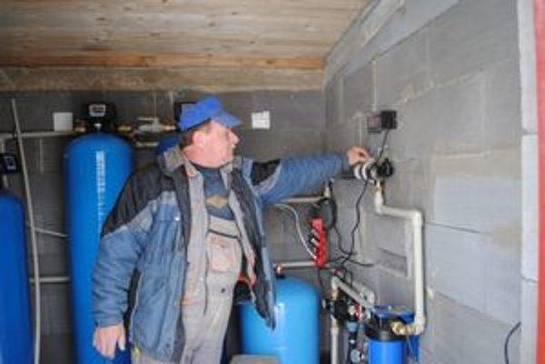 Upravujú vodu. Pomocou tejto technológie menia minerálku na pitnú vodu. Na snímke zamestnanec obce.