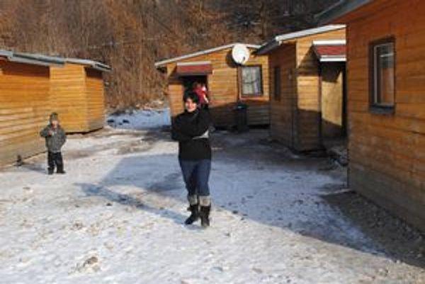 Peter sa vrátil spoza mreží domov, do tohto takzvaného sídliska, miestni tu žijú v unimobunkách.