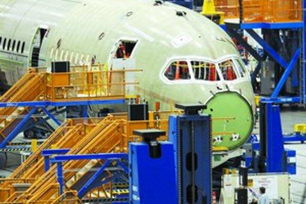 Americký výrobca lietadiel Boeing tretíkrát odložil skúšobný let a tým aj dodávky lietadla Dreamliner. Aerolinky, ktoré si ho už objednali, žiadajú kompenzácie.