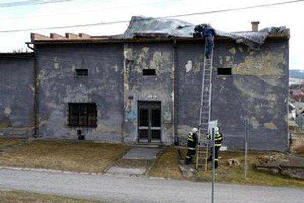 Hasiči v Levoči bojujú s uvoľnenou plechovou strechou.