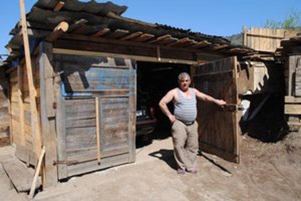 Garáž. Domáci neváhali. Na mieste, kde stála chatrč, rýchlo postavili garáž. Na snímke I. Horváth.