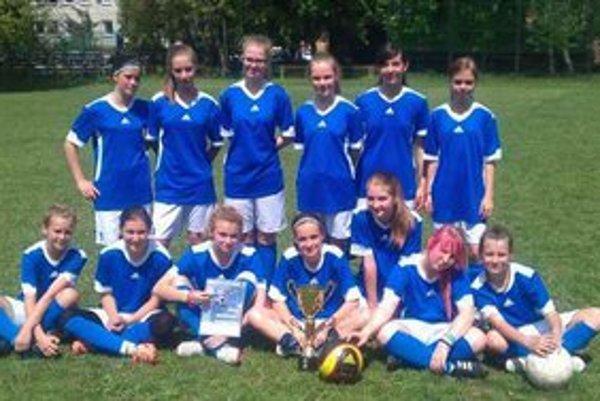 Dievčatá ZŠ Nejedlého. Na Školskom pohári prehrali až vo finále.