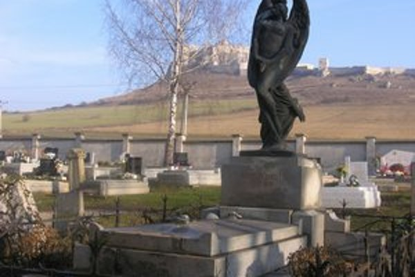 Cintorín pod Spišským hradom. Ukrýva vzácne náhrobky významných osobností.