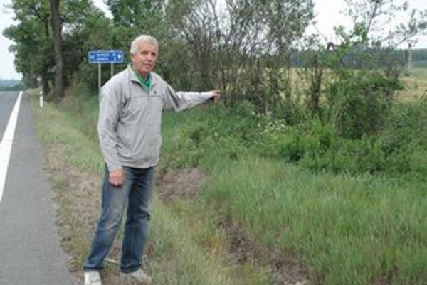 Poľovný hospodár Marián Dzurilla. Pár metrov od frekventovanej cesty ležal zranený jeleň celé hodiny.