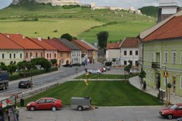 Pohľad z okna magistrátu. Logo CVČ s pozadím Spišského hradu.