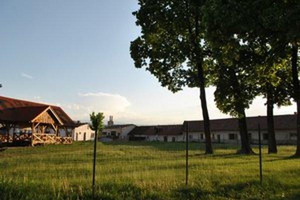 Bývalá traktorová stanica. Nehnuteľnosti kedysi získalo mesto, správca rozhodnutie súdu nenaplnil.