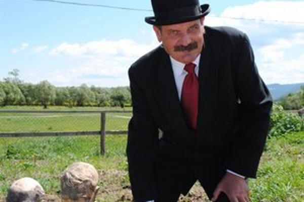 Miláčikovia. P. Haško pri svojich bustách ráno premýšľa, čo bude celý deň robiť.