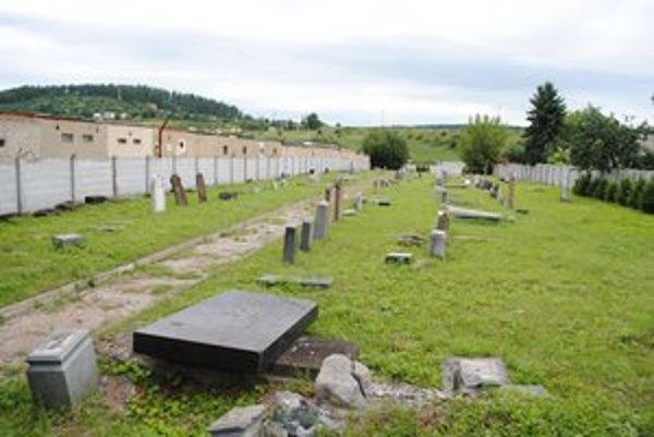 Židovský cintorín. Tabuľa v areáli pripomína jeho históriu.