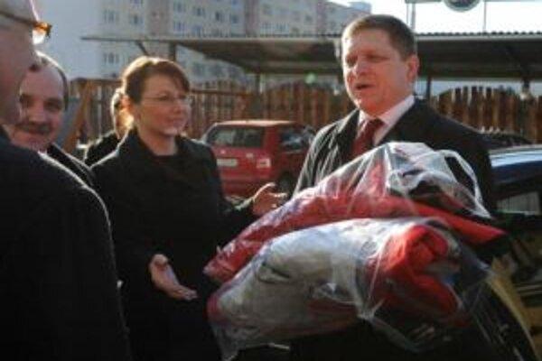 Premiér Fico na výjazdovom zasadaní vlády v Brezne preberá zimné oblečenie.