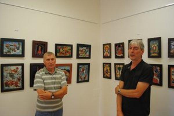 Bratia. Obaja sa venujú maľbe na sklo. Vľavo na snímke Ján, vpravo  Emil.