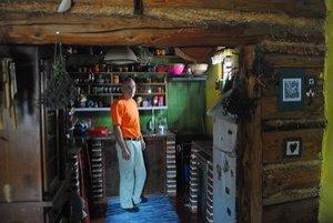 V kuchyni. Hoci je kuchyňa štýlová, sú tu bežné elektrické spotrebiče. Na stene je vidieť zase výplň medzi trámami. Domáci pán použil hobliny