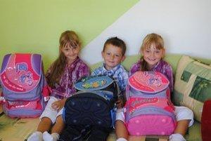 Aktovky. V detských izbách už majú vzorne uložené nové školské aktovky.