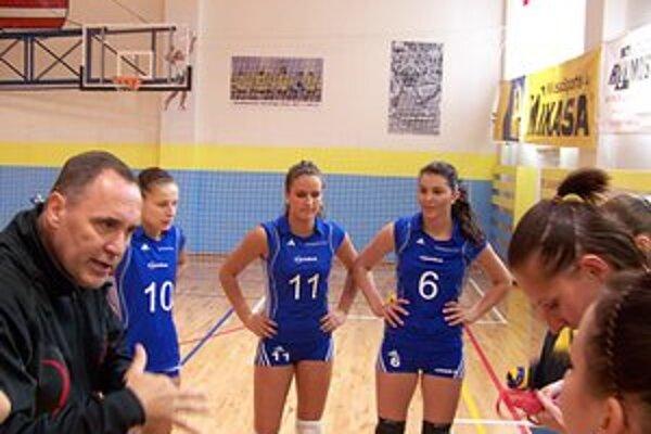 Prvé víťazstvá. Tréner Hauer a hráčky Jakábová (10), Olejníková (11) a Becková (6) počas oddychového času v Kežmarku.