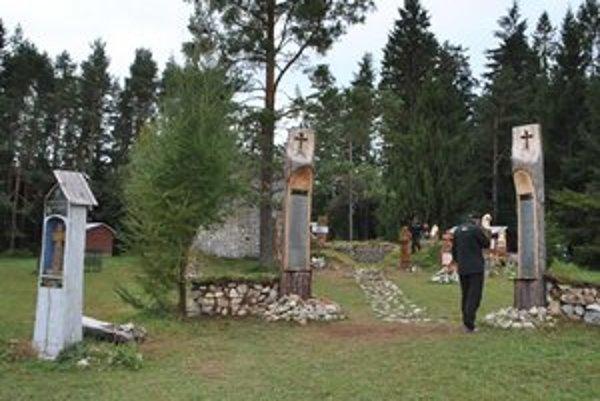 Cintorín na Kláštorisku. Tabuľky s menami obetí nesú rezbárske diela.
