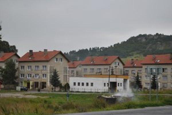 Sídlisko Dreveník. Na jeho obyvateľov doplácali ľudia z centrálnej obce. Dnes osadníci platia poplatky na osobitnom účte.