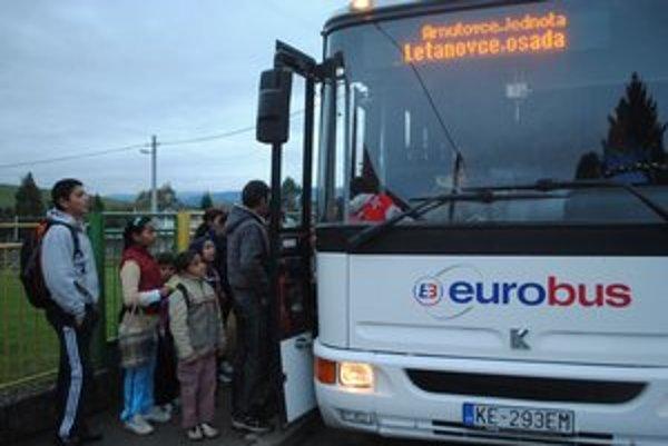 Školský autobus v Arnutovciach. Nie všetci žiaci ho využívajú.