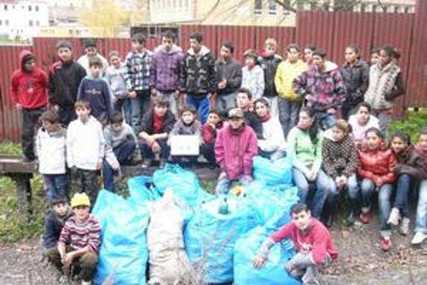 Školáci. Z lesa a potoka vyzbierali 60 kilogramov odpadkov.