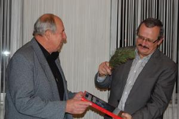 Tatranské panorámy. Vľavo L. Jiroušek, vpravo primátor mesta J. Volný. Pod textovú stránku sa podpísal Vladimír Mucha.
