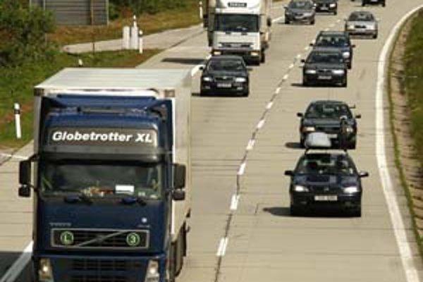 Daň z motorových vozidiel platia podnikatelia a firmy len z tých áut, ktoré používajú na podnikanie.