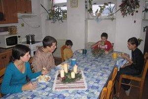 Sú spolu. Detský domov v Žakarovciach je zariadenie rodinného typu. Všetci súrodenci sú preto spolu.