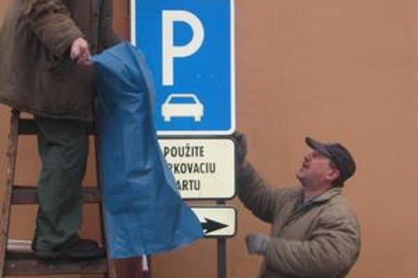 Parkovacia amnestia. V pondelok pracovníci Technických služieb zakrývali dopravné značky.