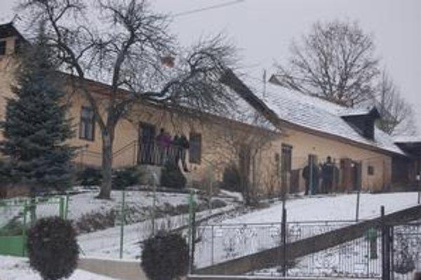 Spišský Hrušov. Na tejto ulici vo dvore rodinného domu našli včera ráno príbuzní mŕtveho 73-ročného dôchodcu.